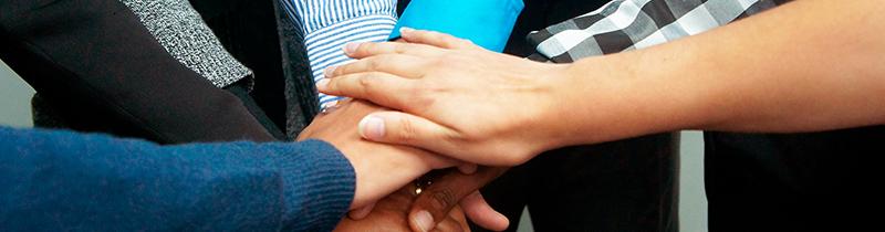 Handen die naar elkaar toe reiken
